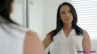Whorish stepmom Jennifer White gives a blowjob surrounding say no to step son and his college fellows