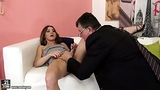 Nerdy man treats soaking pussy of Romanian bootyful cowgirl with cuni